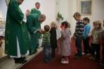 Deti prinášajú ako obetný dar darčeky