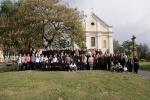 Spoločná fotografia pred farským kostolom